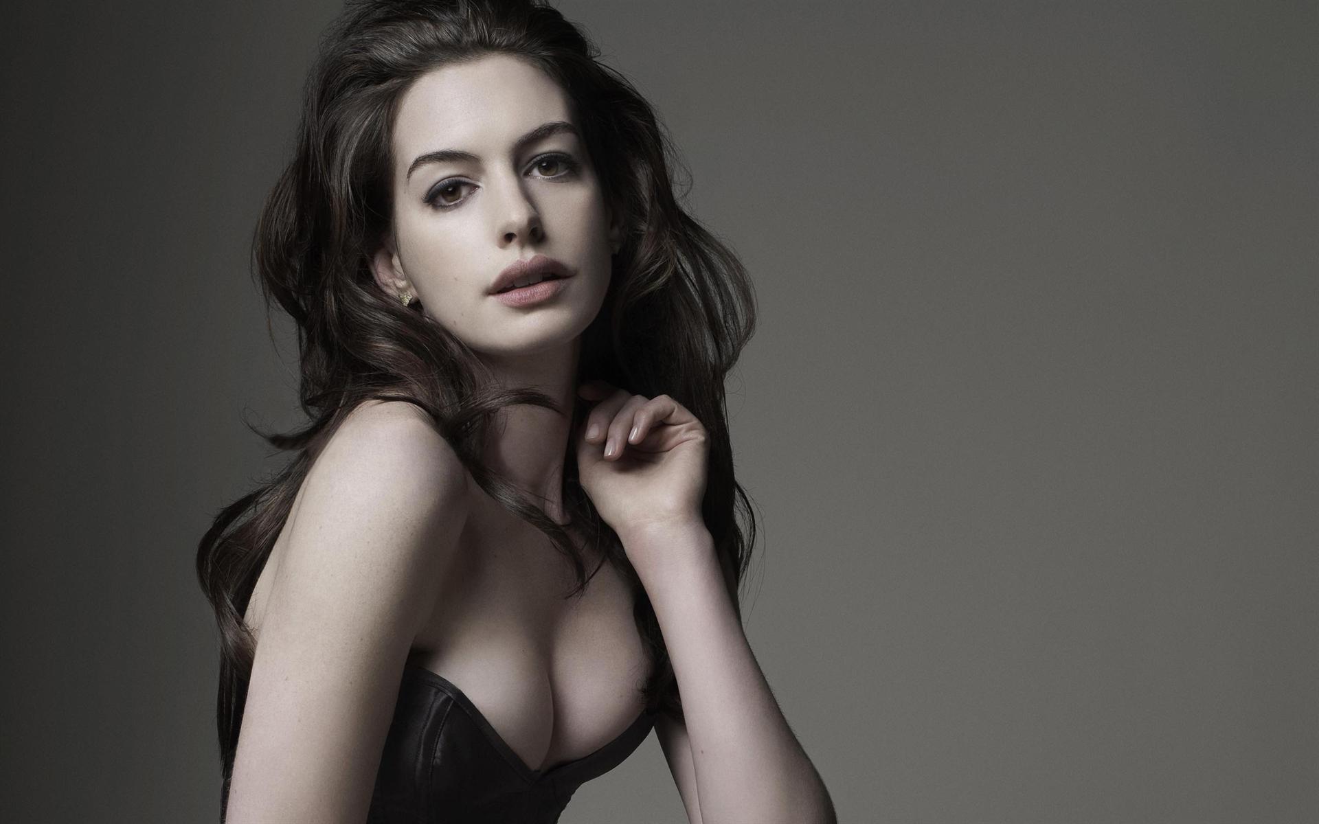 Anne Hathaway en corset très décolleté