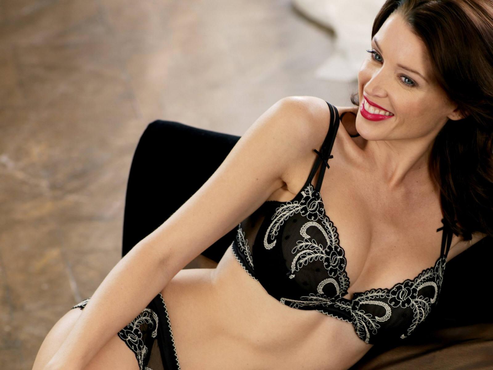 Dannii Minogue en lingerie de dentelle