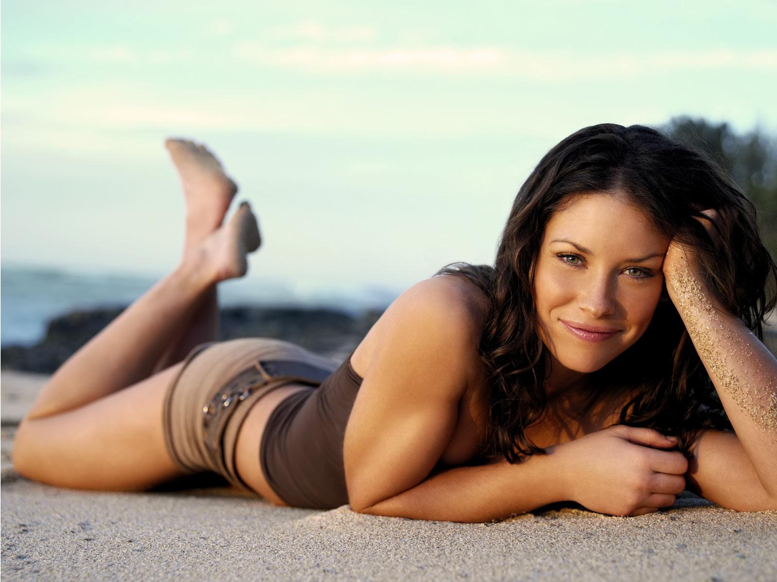 Evangeline Lilly en débardeur et mini-short sur la plage