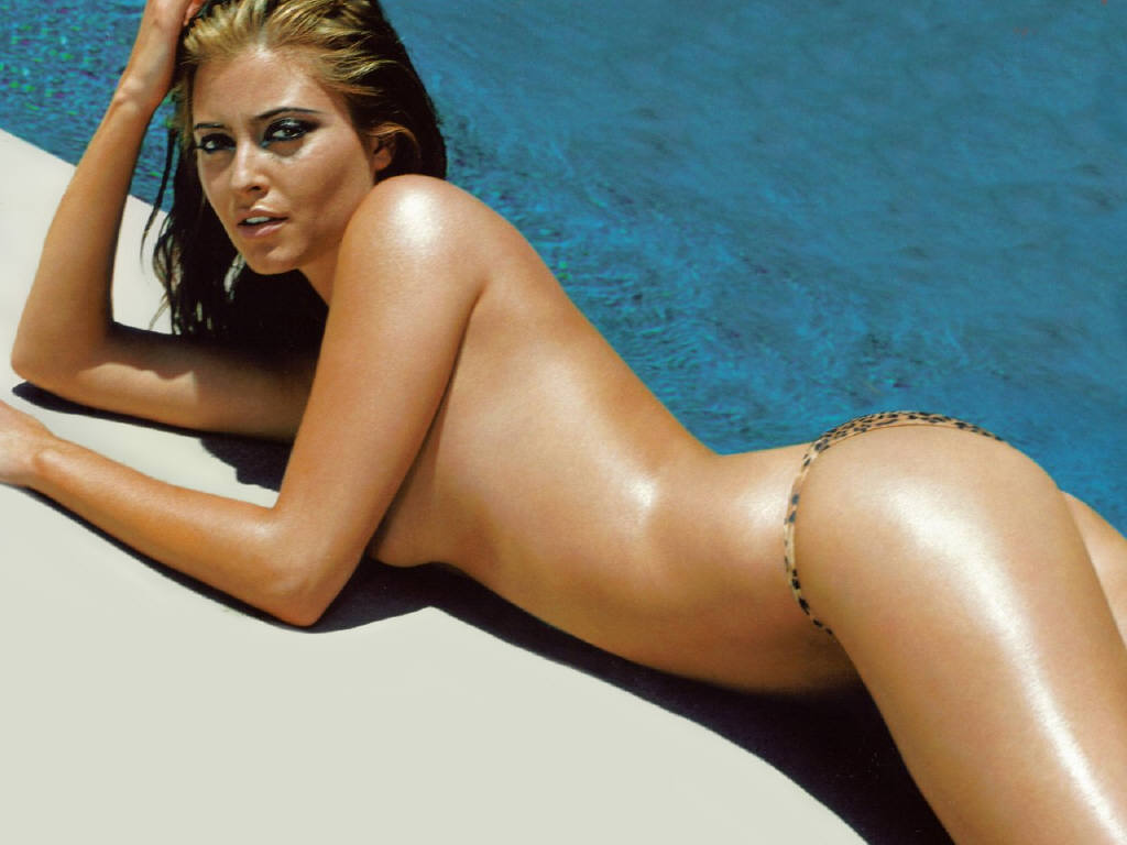 Holly Valance toplesse au bord d'une piscine