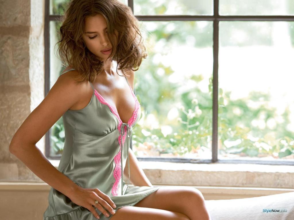 Irina Shayk en nuisette très décolletée