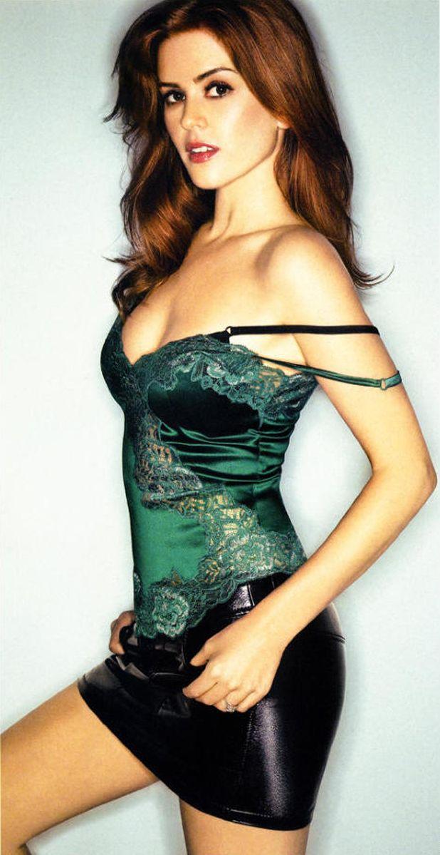 Isla Fisher en mini-jupe de cuir et débardeur de dentelle