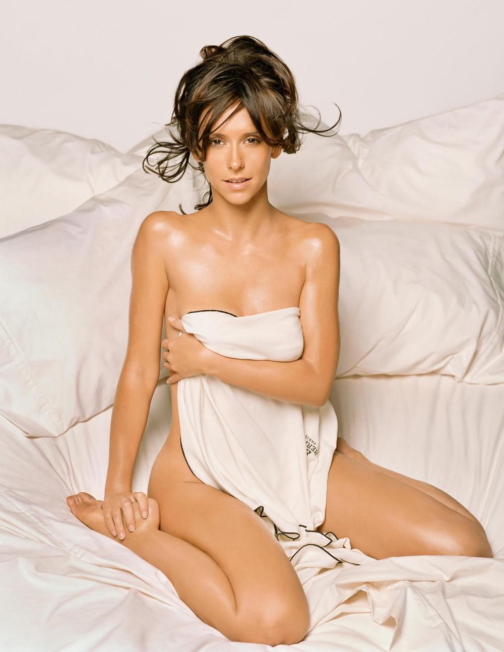 Jennifer Love Hewitt nue sous un drap