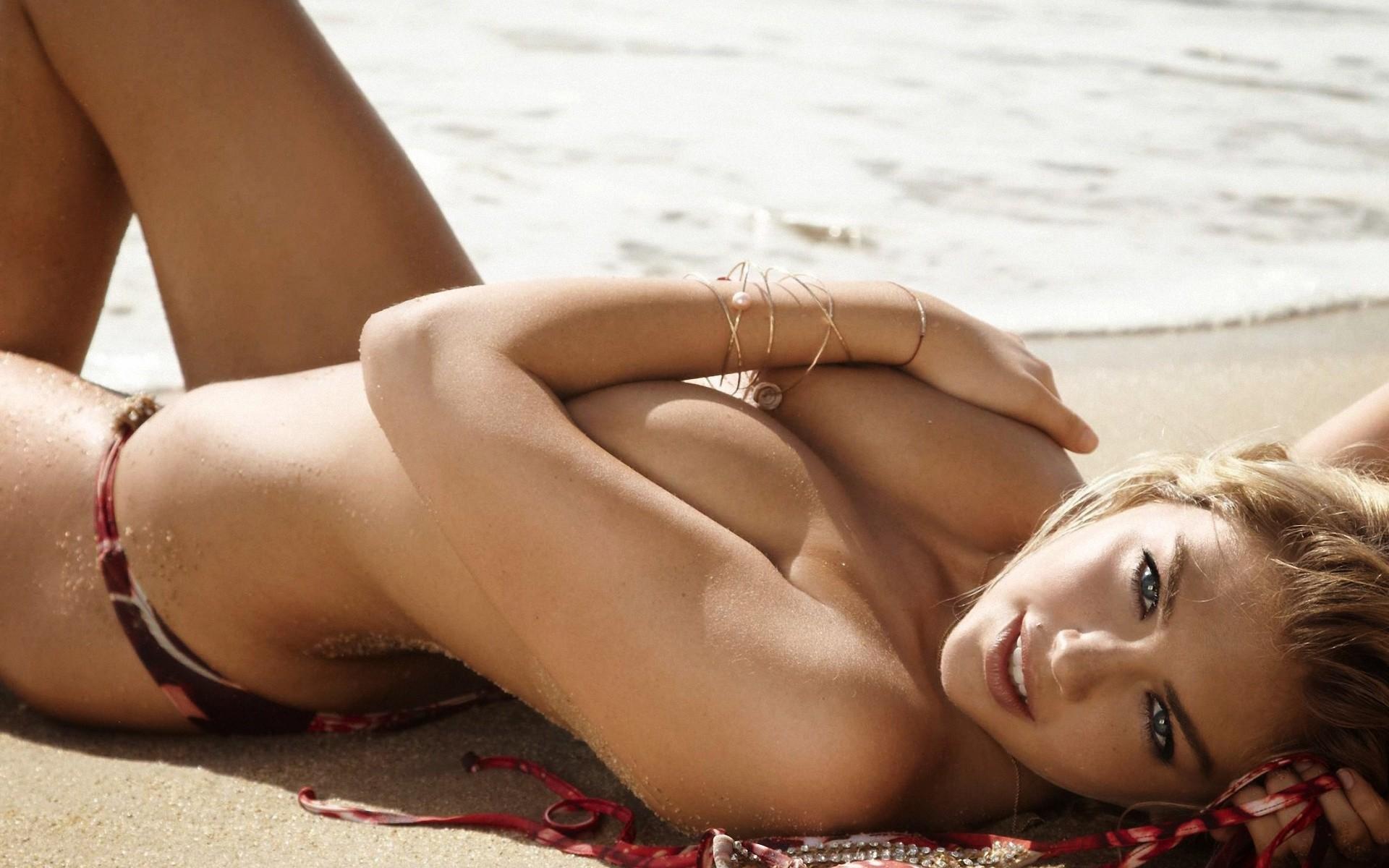 Kate Upton topless sur la plage