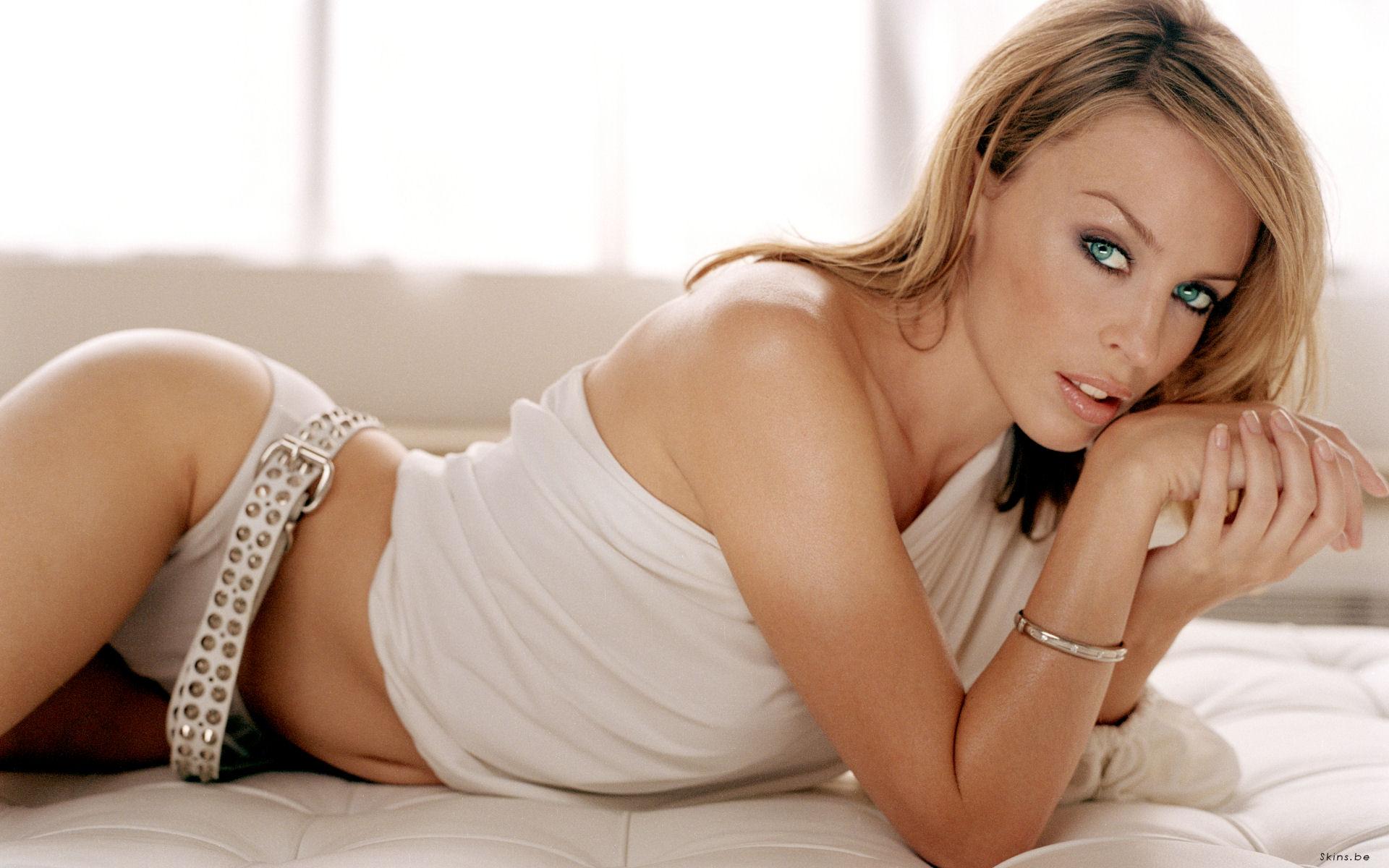 Kylie Minogue en culotte et débardeur