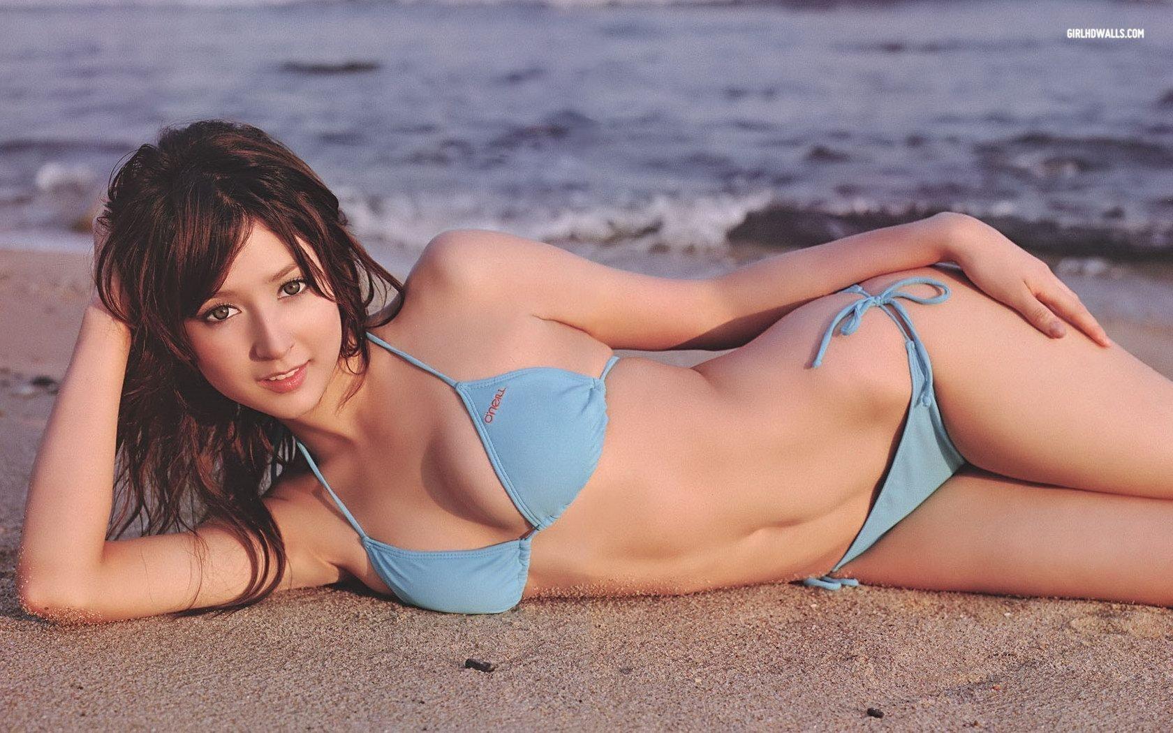 Leah Dizon en bikini sur la plage