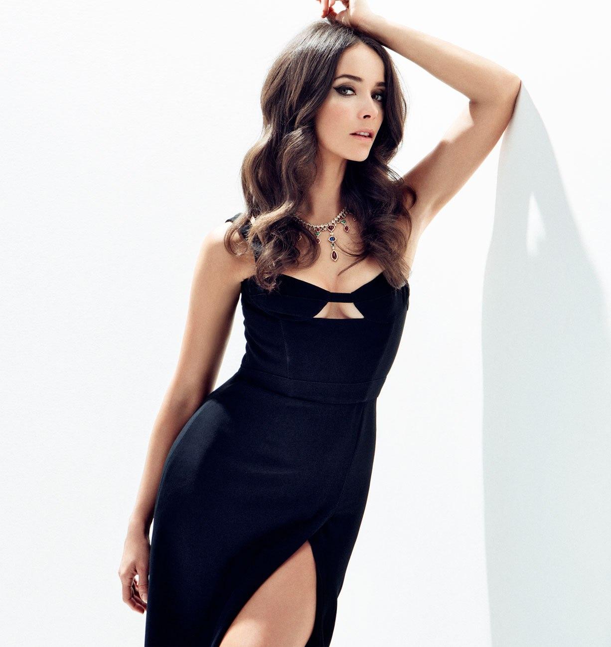 Abigail Spencer en robe fendue très décolletée