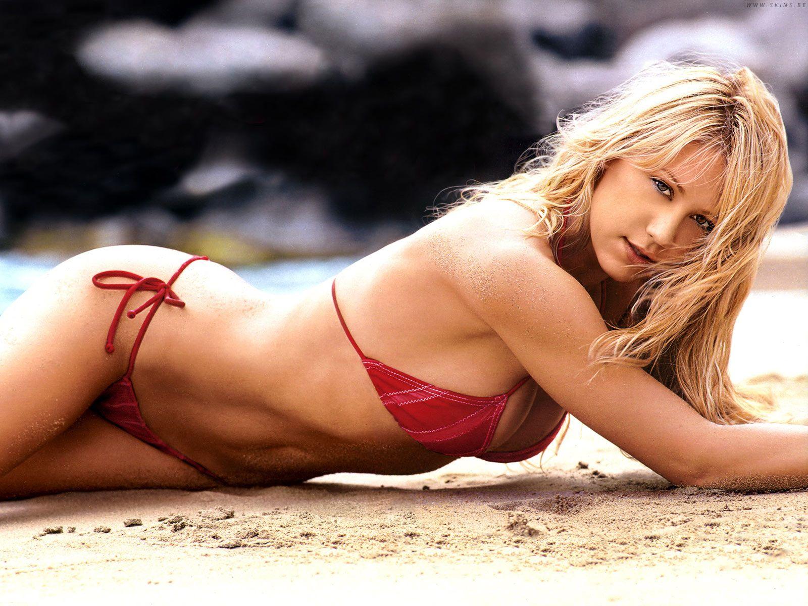 Anna Kournikova en bikini sur la plage