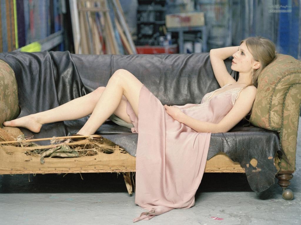 Clémence Poésy en robe décolletée