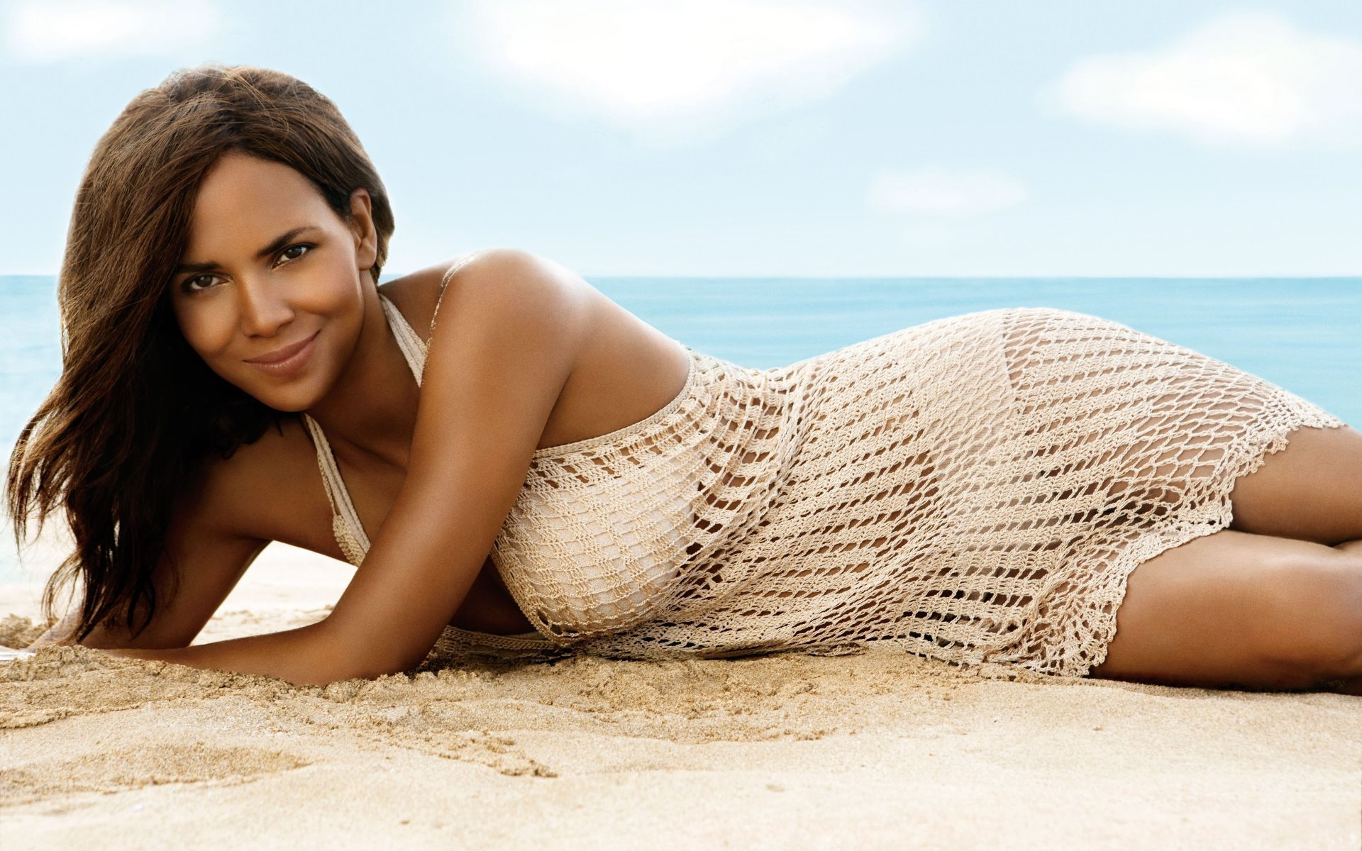 Halle Berry en bikini et robe filet sur la plage