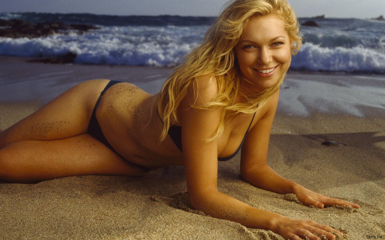 Laura Prepon en bikini sur la plage