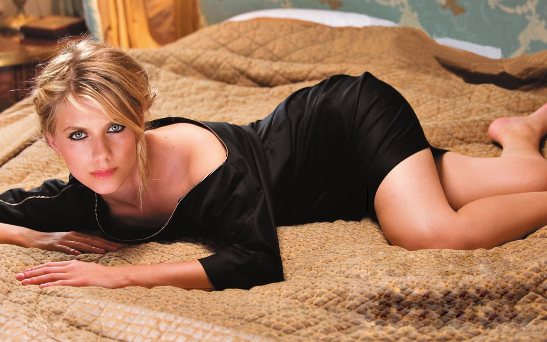 Melanie Laurent en mini-robe