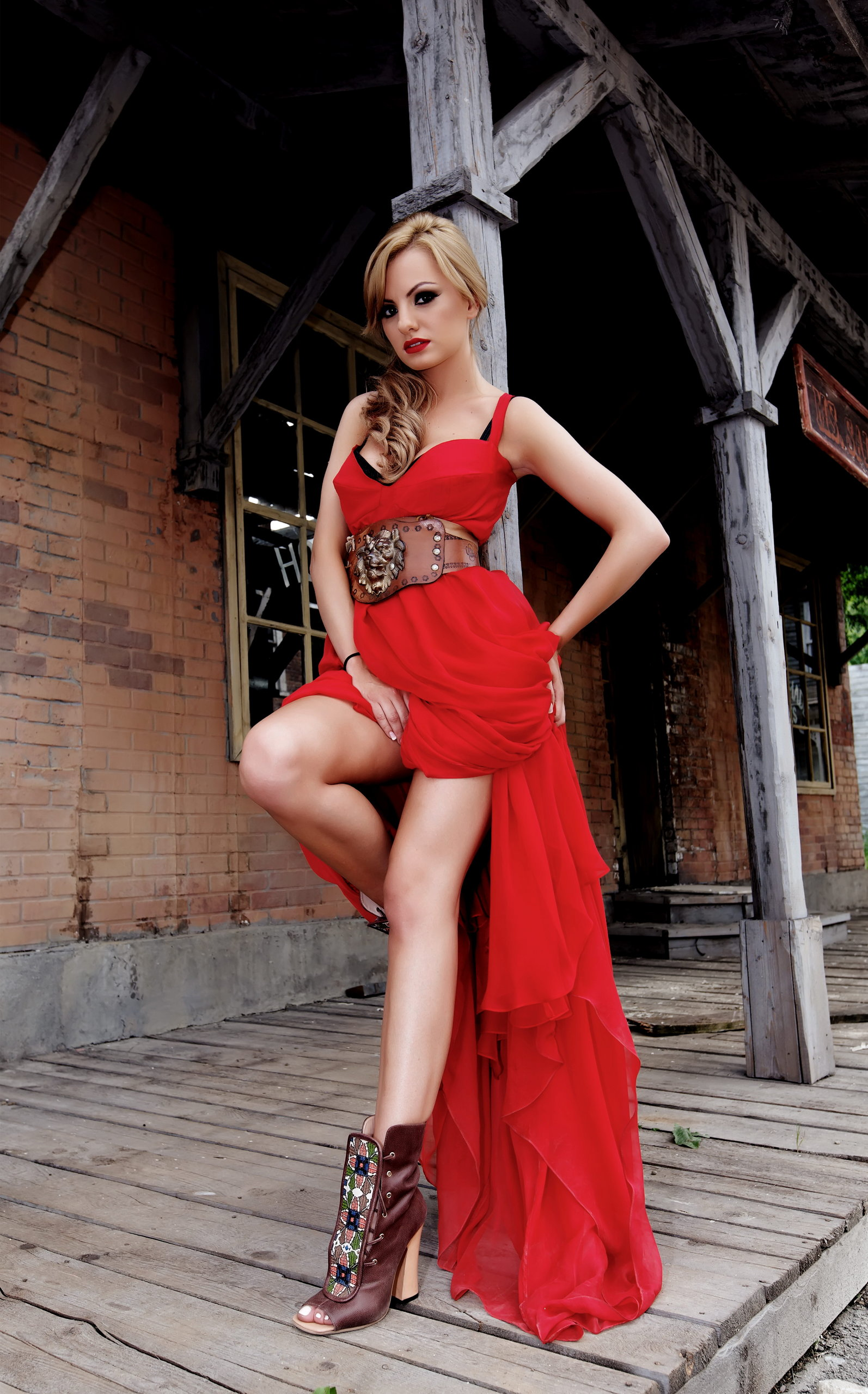 Alexandra Stan en robe fendue et bottines