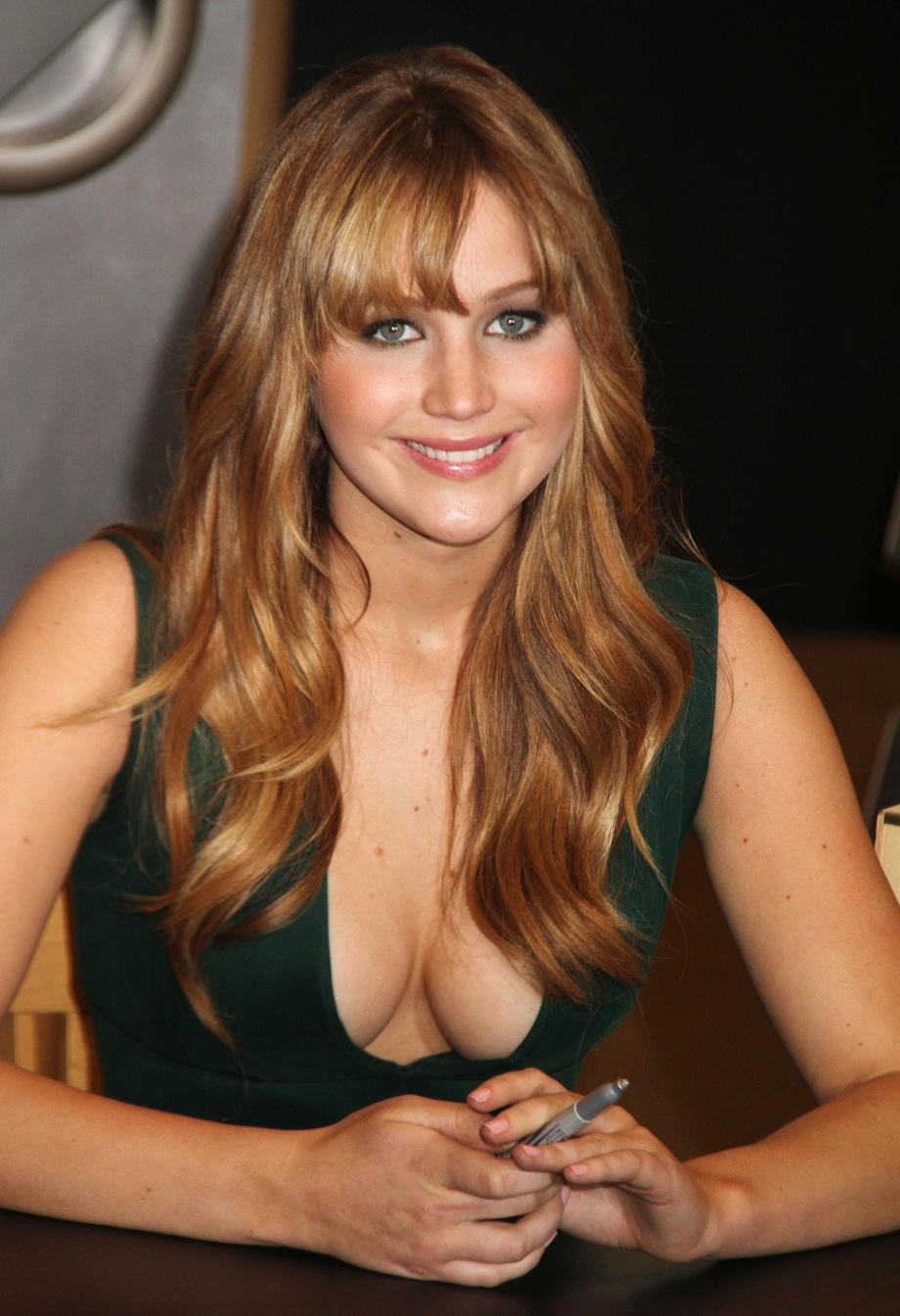 Jennifer Lawrence en robe très décolletée