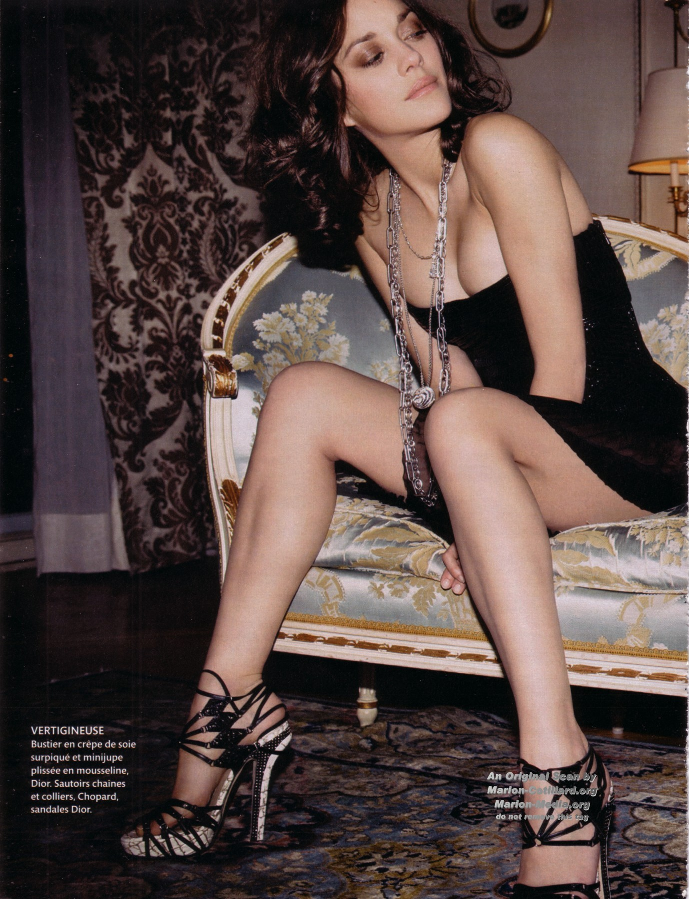 Marion Cotillard en bustier et mini-jupe