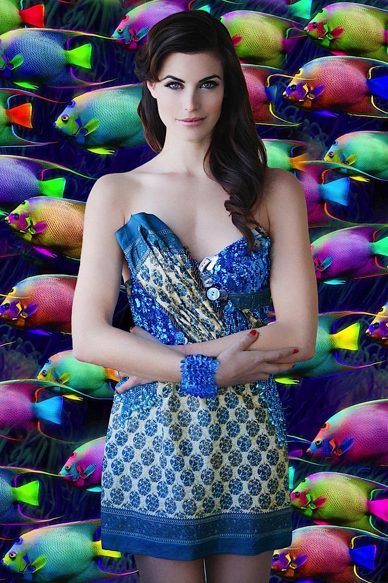 Meghan Ory en mini-robe décolletée