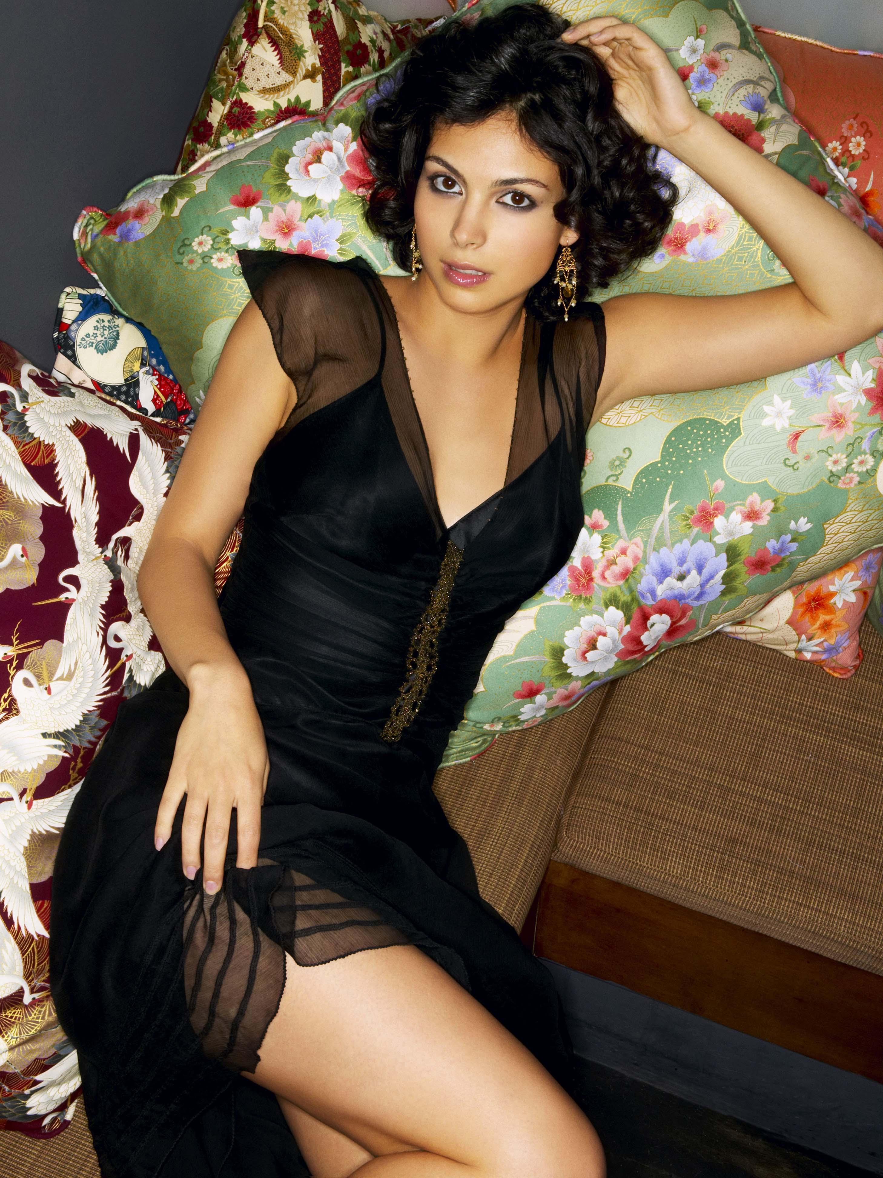 Morena Baccarin en mini-robe décolletée