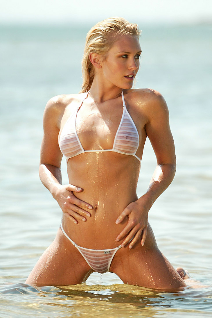 Nicky Whelan en bikini transparent