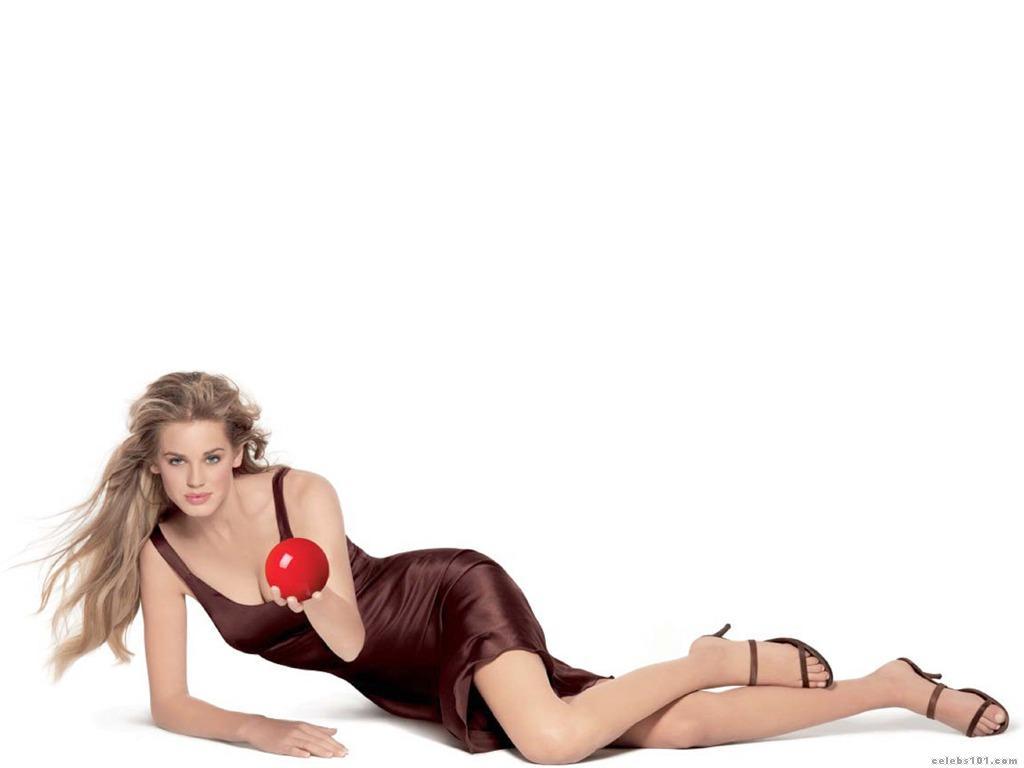 Vanessa Hessler en mini-robe décolletée