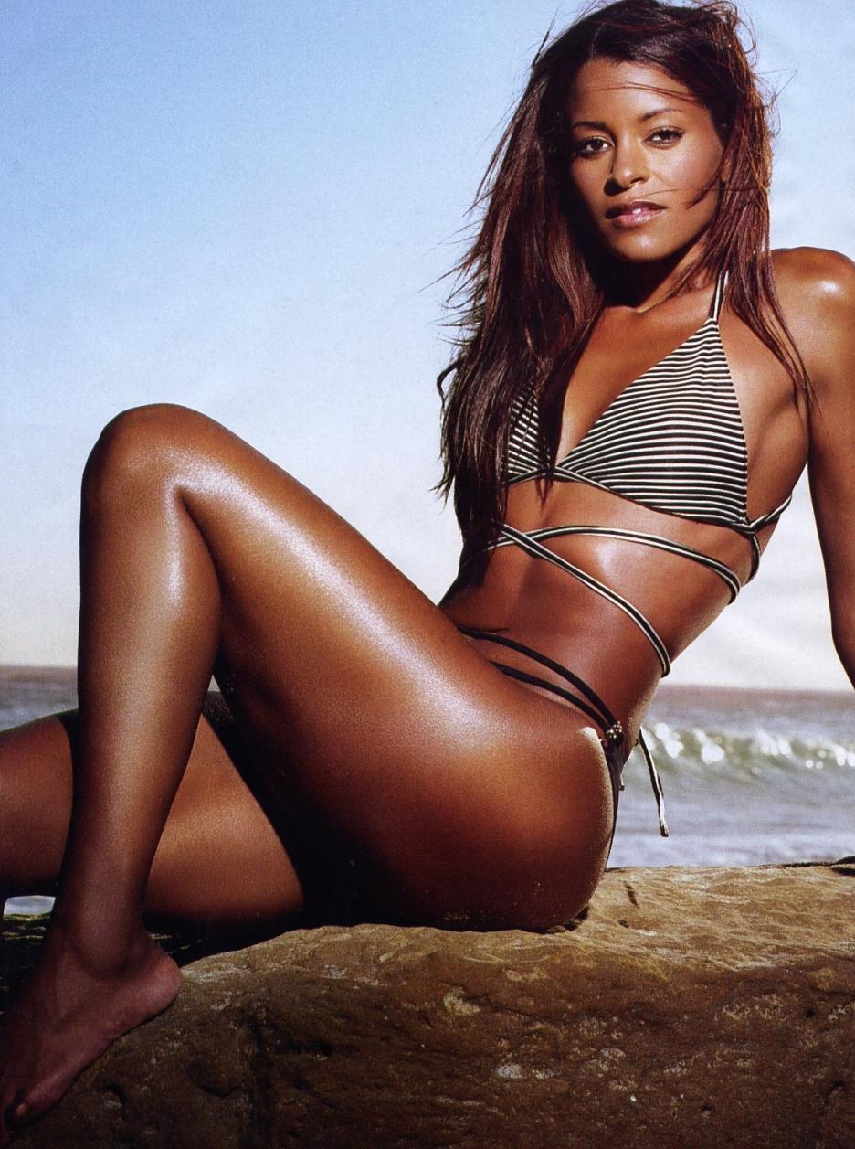 Claudia Jordan en bikini sur la plage