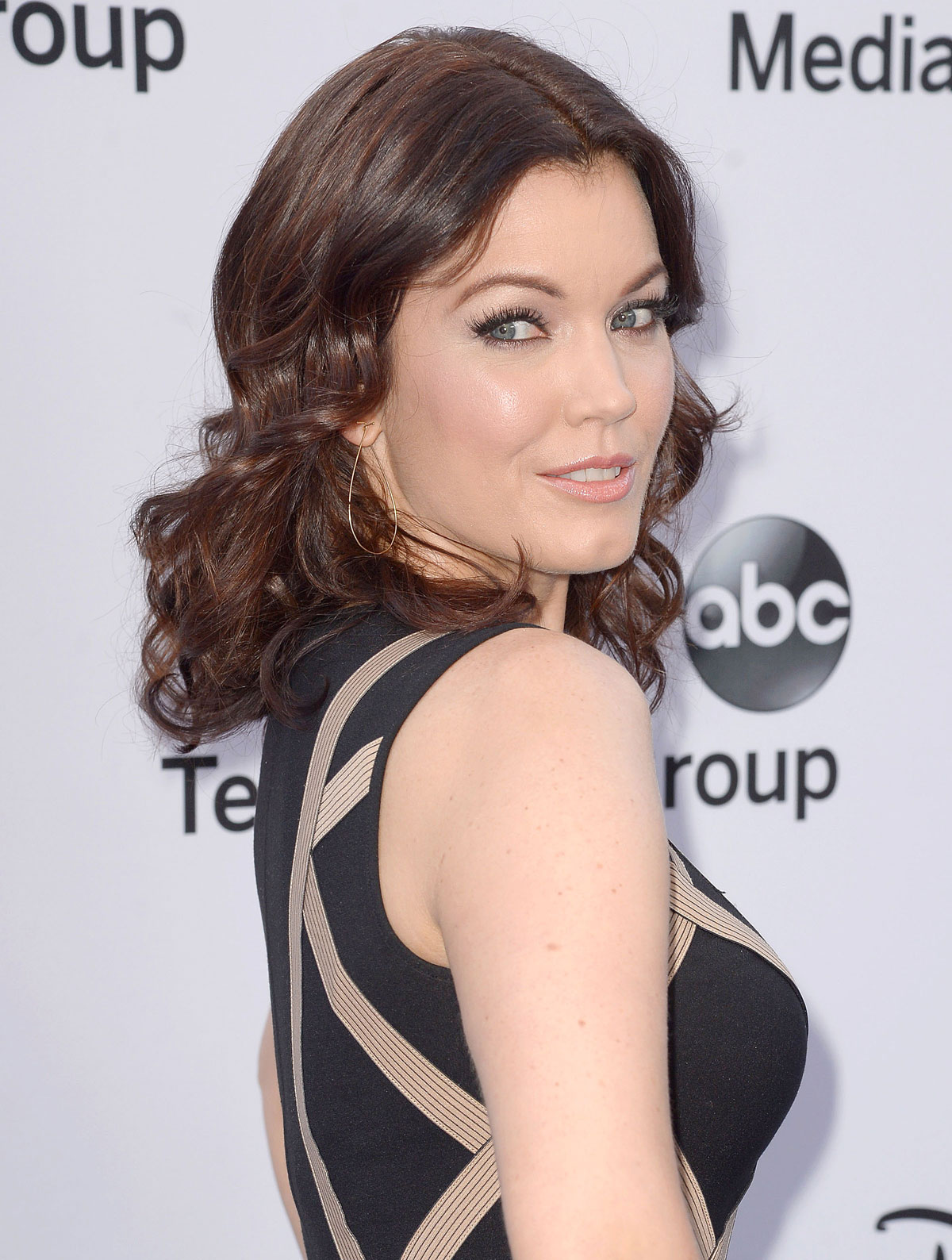 Bellamy Young en robe moulante