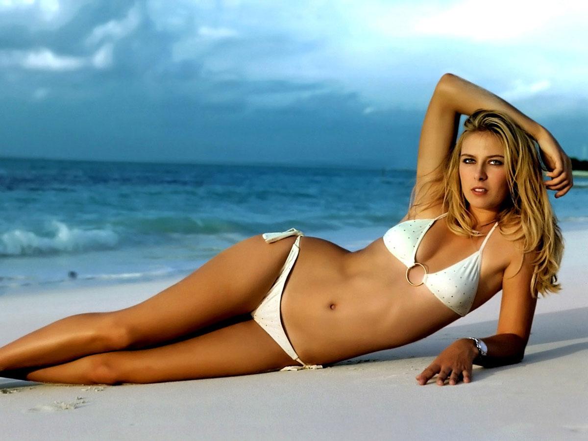 Maria Sharapova en bikini sur la plage