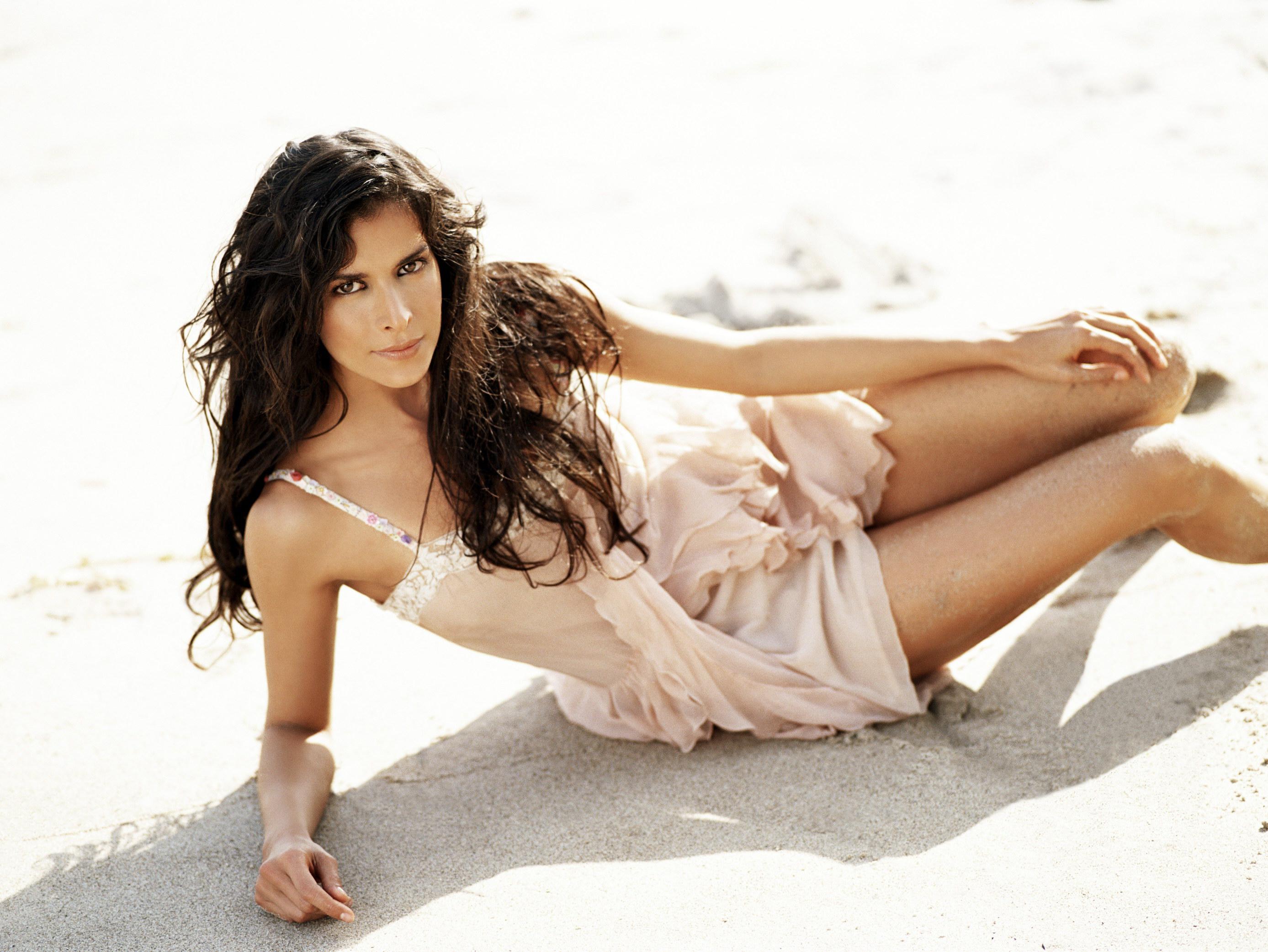 Patricia Velásquez en mini-robe sur la plage