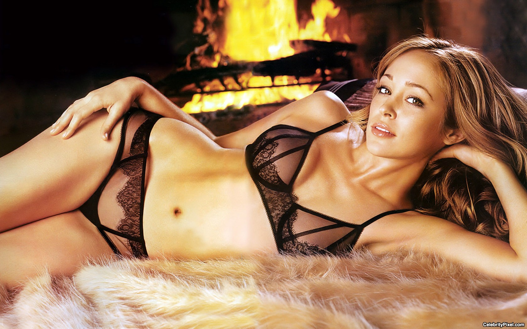 Autumn Reeser en lingerie transparente