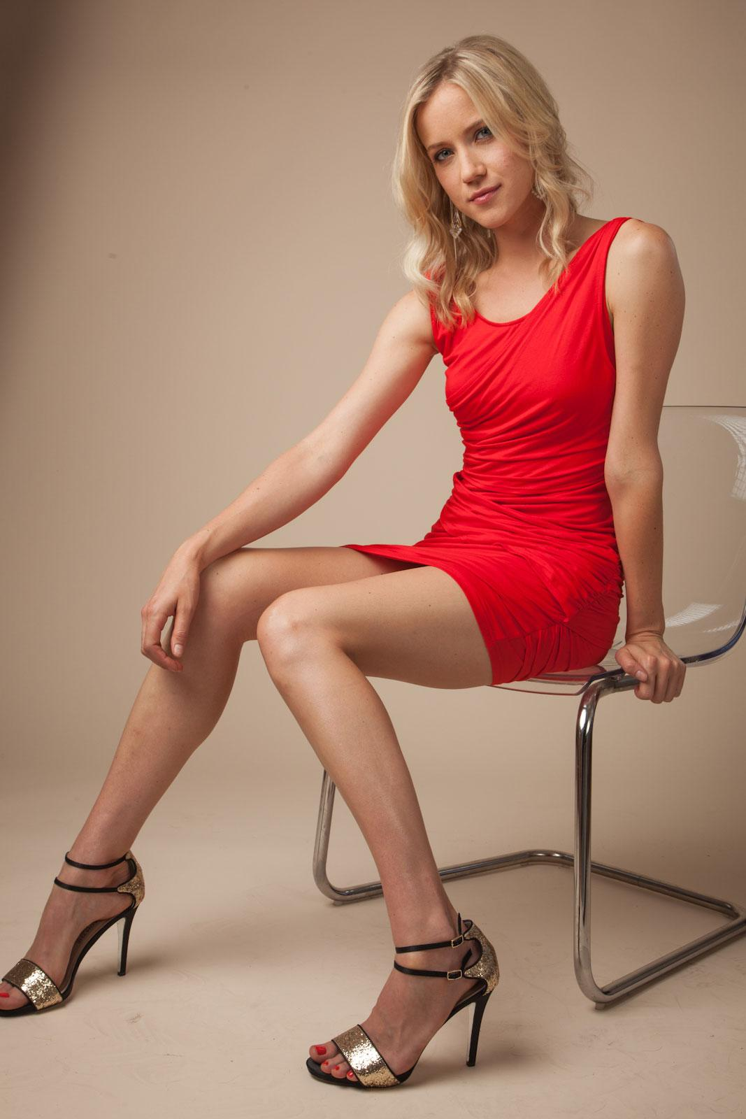 Jessy Schram en mini-robe