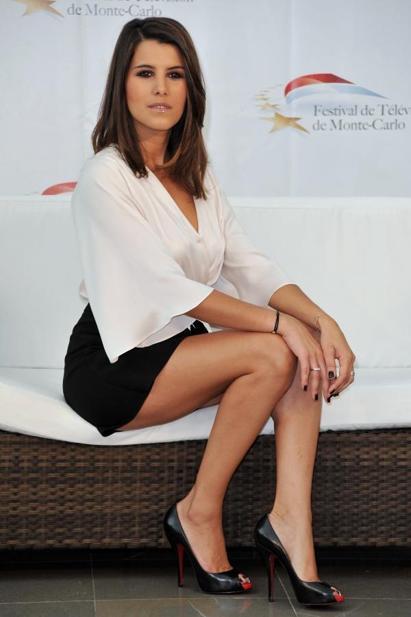 Karine Ferri en chemise décolletée et mini-jupe