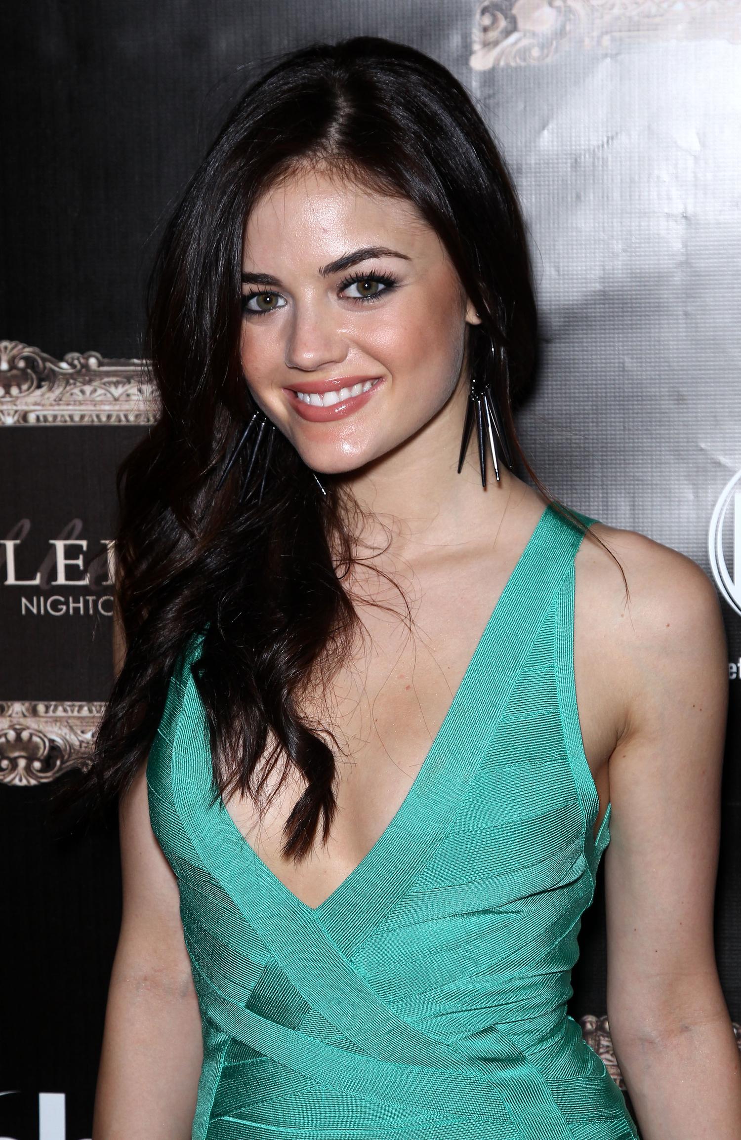 Lucy Hale en robe très décolletée