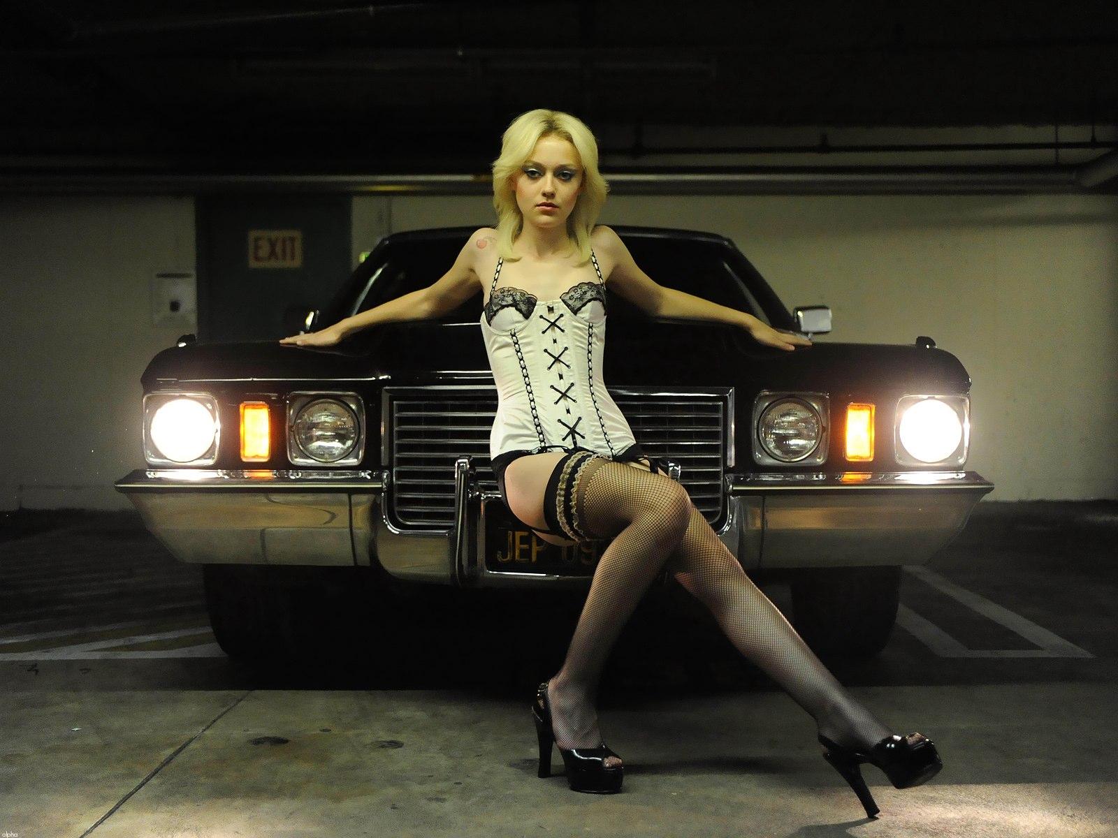 Dakota Fanning en corset et porte-jarretelles