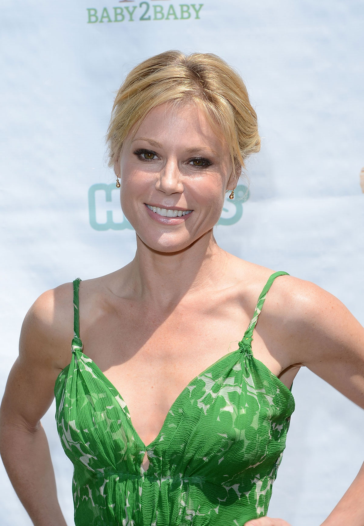 Julie Bowen en robe décolletée