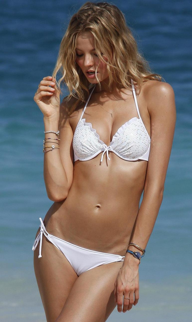 Magdalena Frackowiak en bikini sur la plage