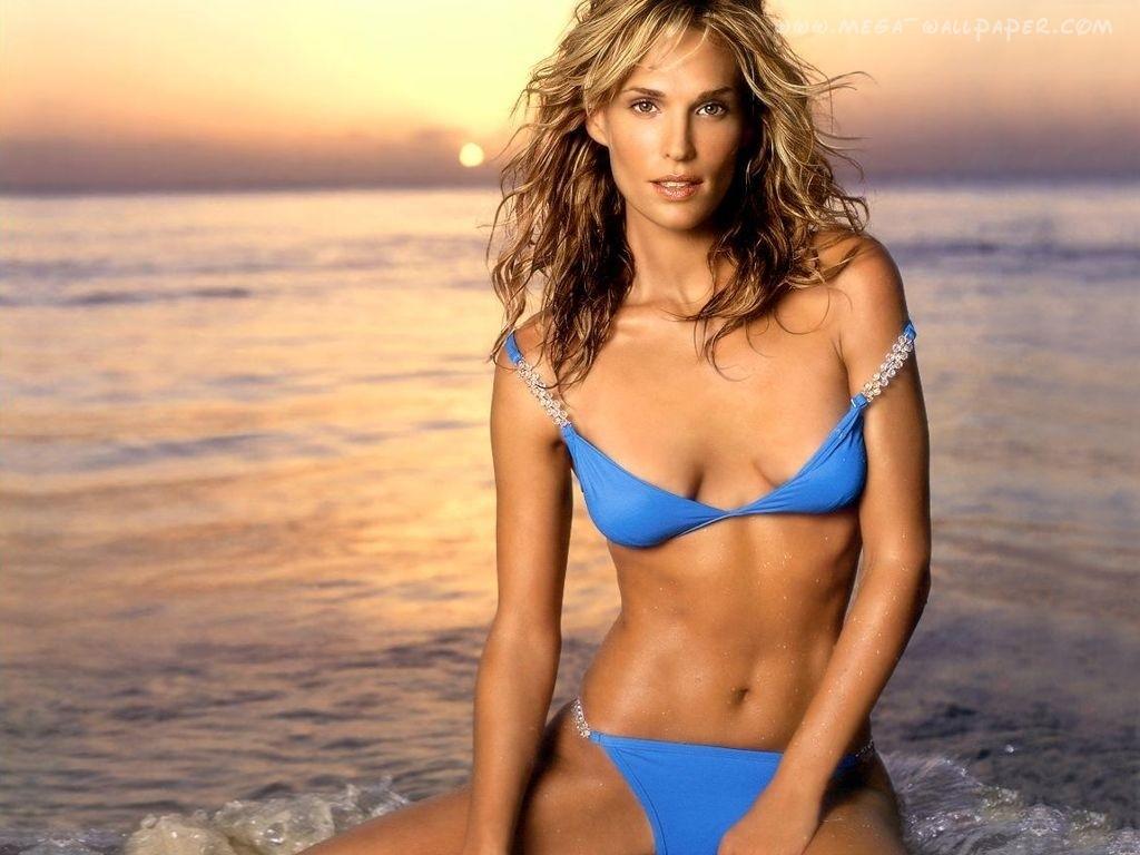 Molly Sims en bikini sur la plage