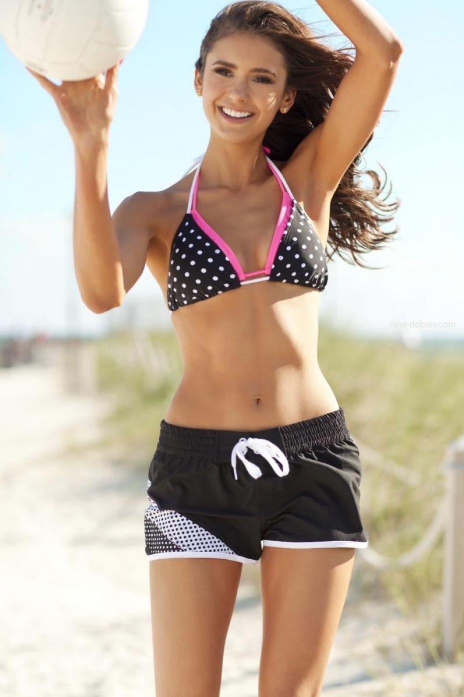 Nina Dobrev en bikini et mini-short