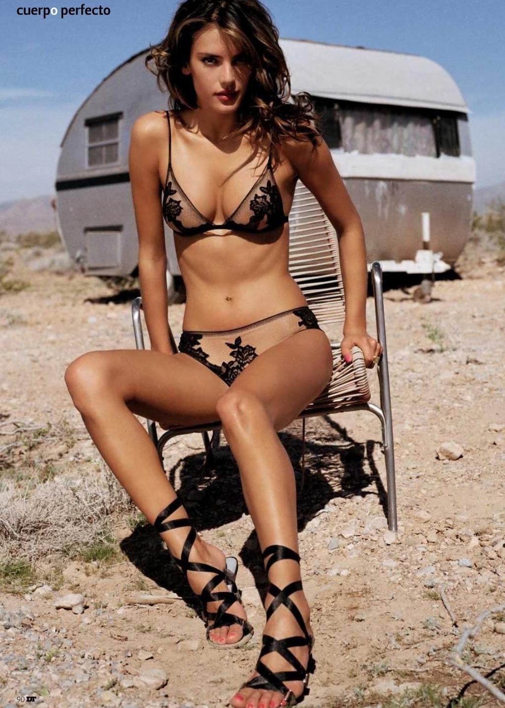 Alessandra Ambrosio en lingerie de dentelle