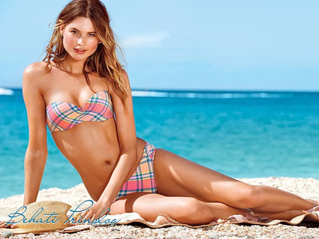 Behati Prinsloo en bikini sur la plage
