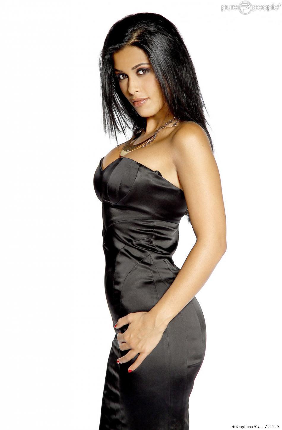 Ayem Nour en robe moulante