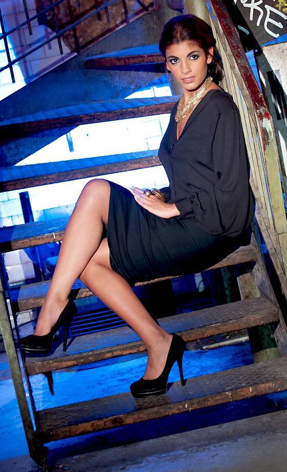 Donia Eden en mini-jupe et chemise