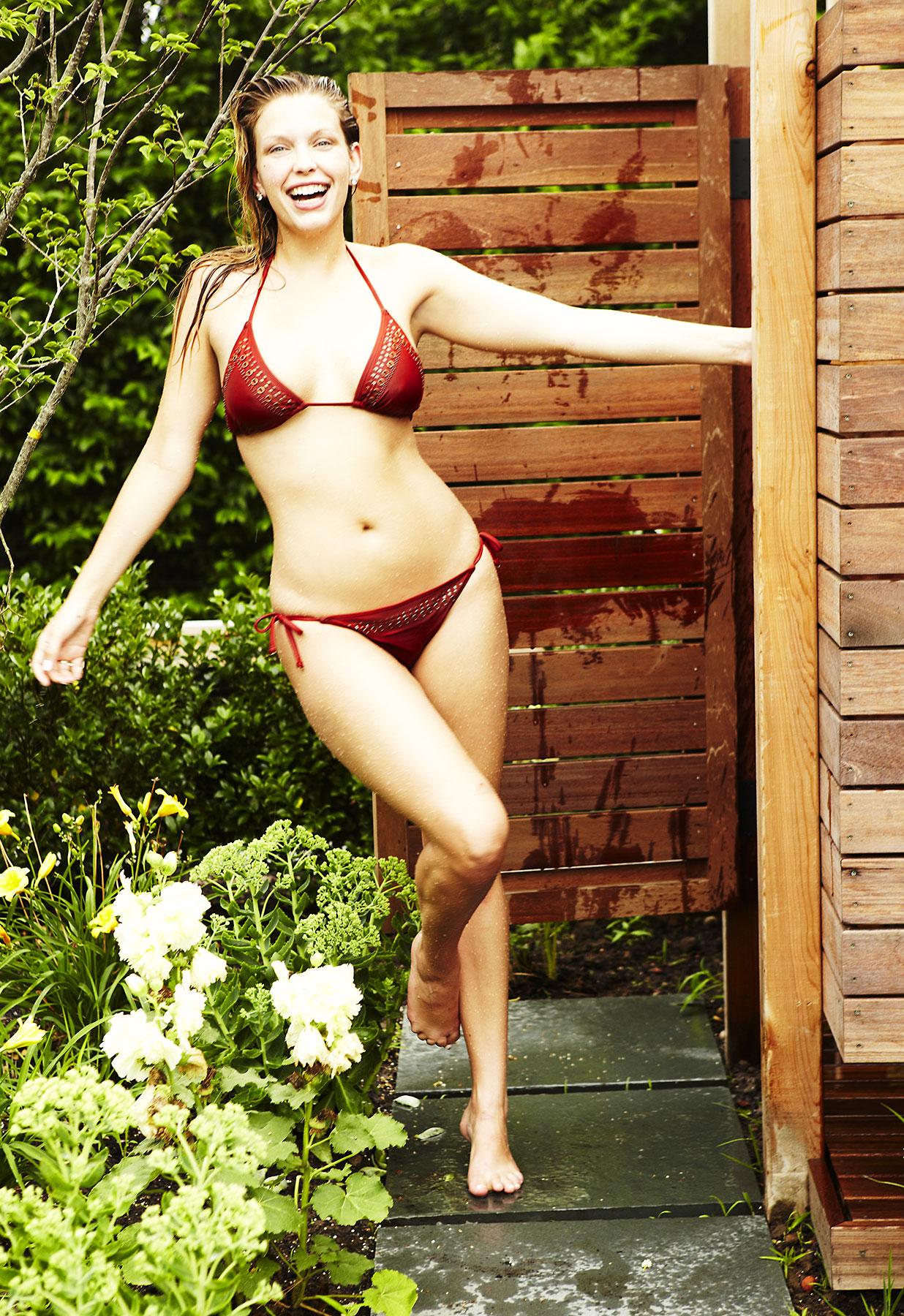 Leah Kelley en bikini