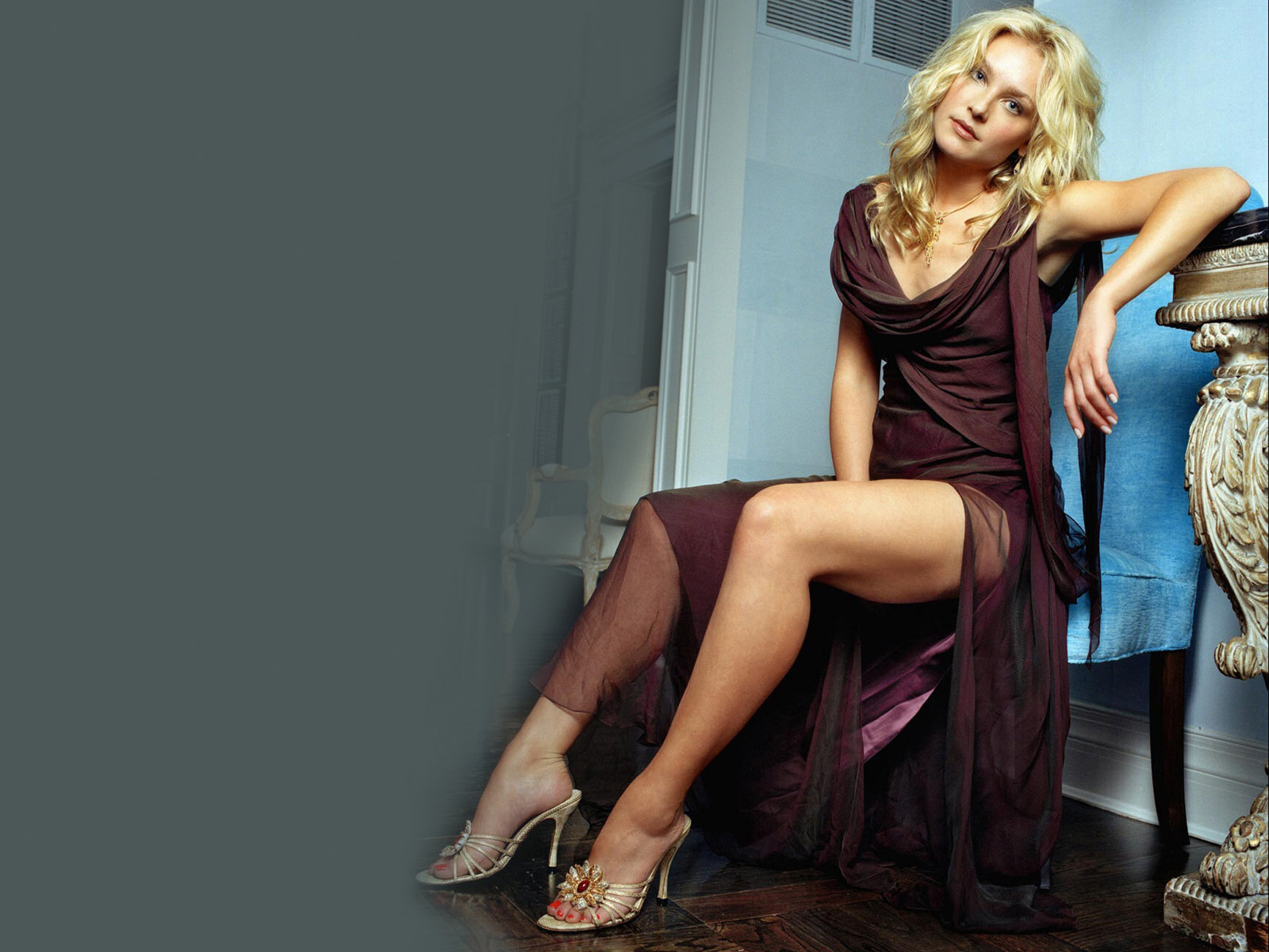 Elisabeth Rohm en robe échancrée