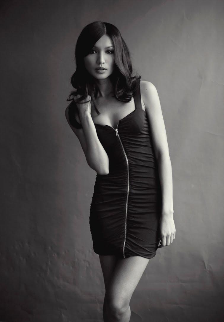 Gemma Chan en mini-robe moulante