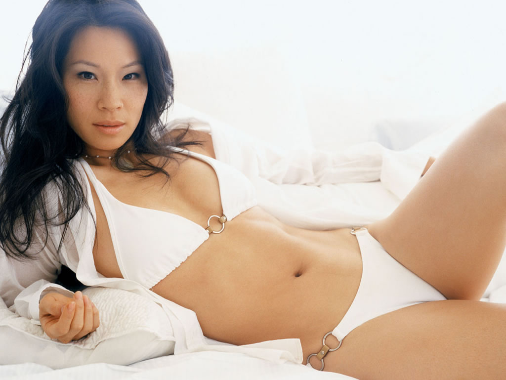 Lucy Liu en chemise et bikini