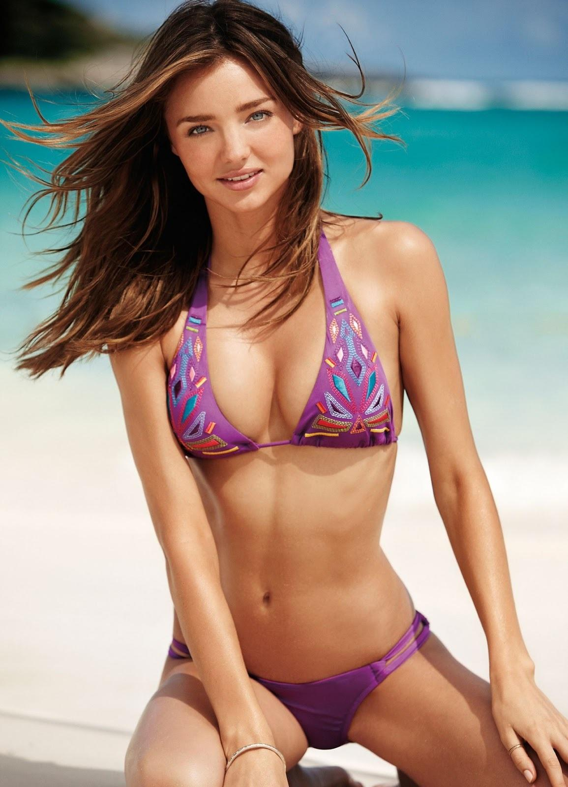 Miranda Kerr en bikini sur la plage