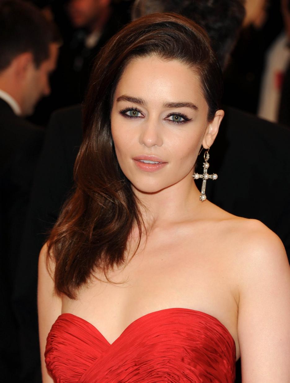 Emilia Clarke en robe très décolletée