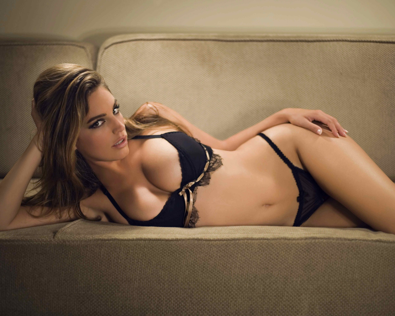Kelly Brook en lingerie de dentelle