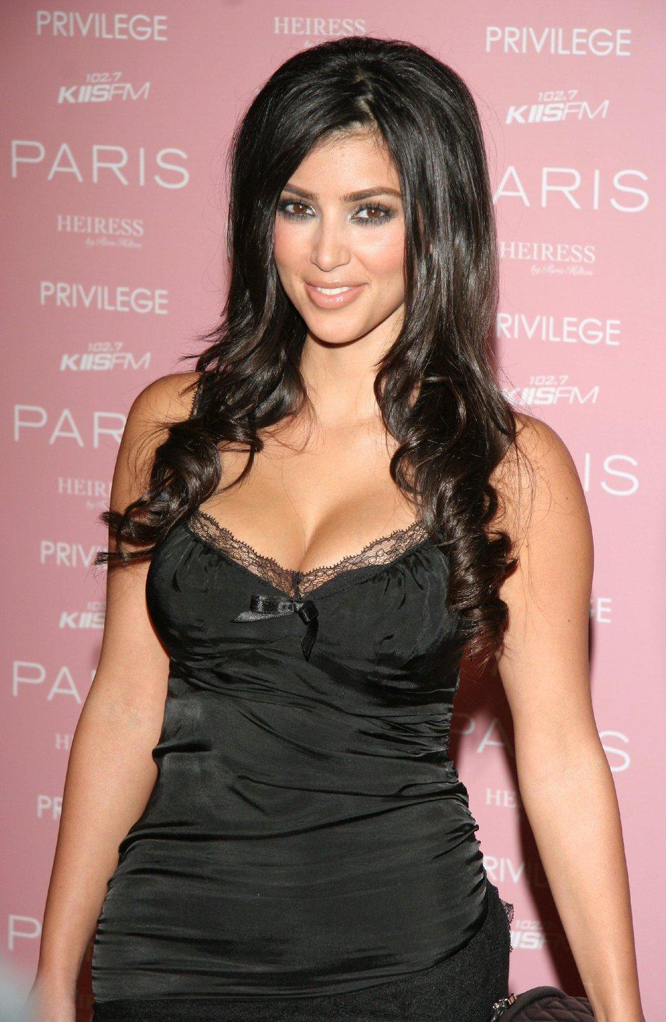 Kim Kardashian en robe décolletée