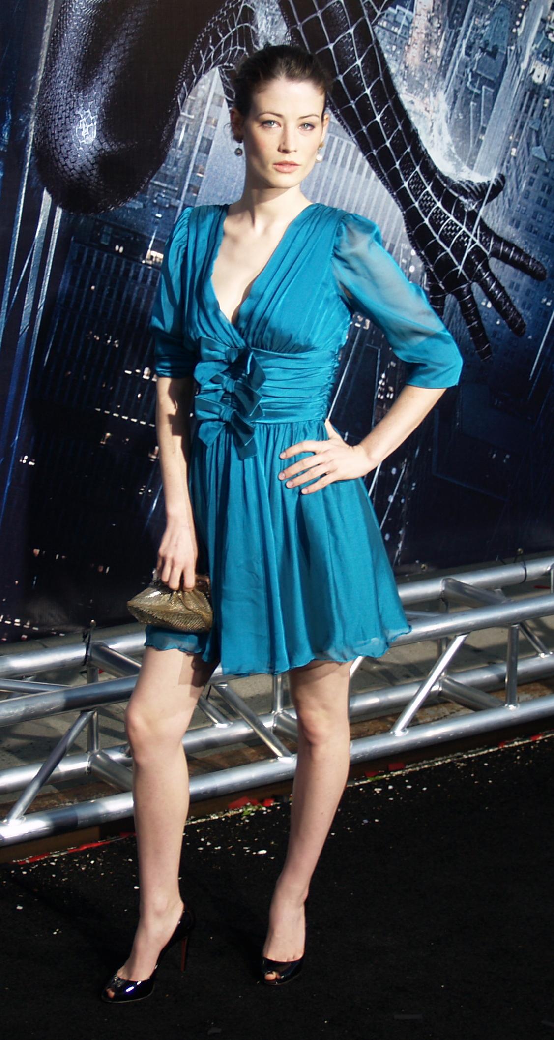 Lucy Gordon en mini-robe décolletée