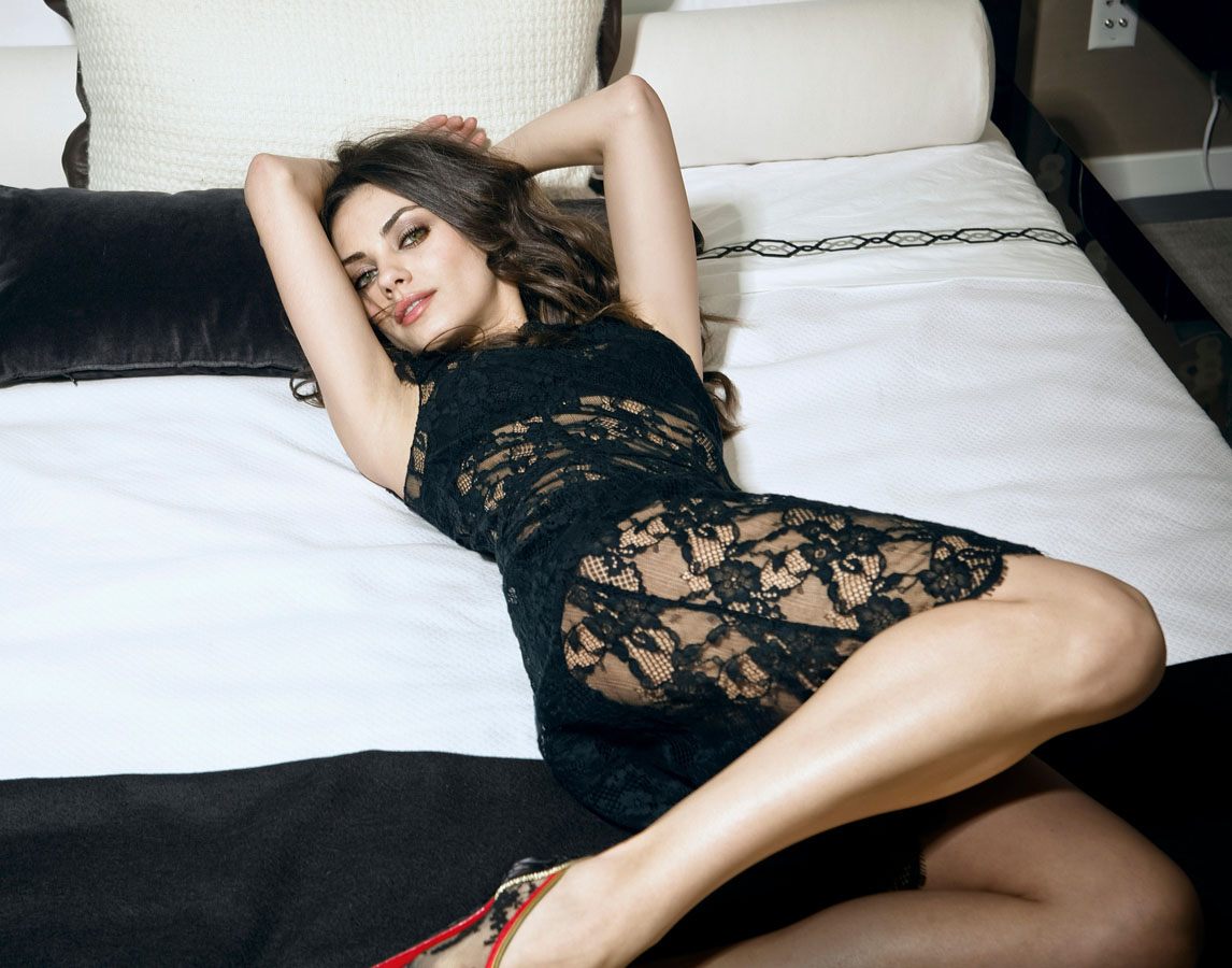 Mila Kunis en robe de dentelle transparente